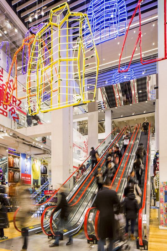UNIQLO5th-Escalator-Neon-08